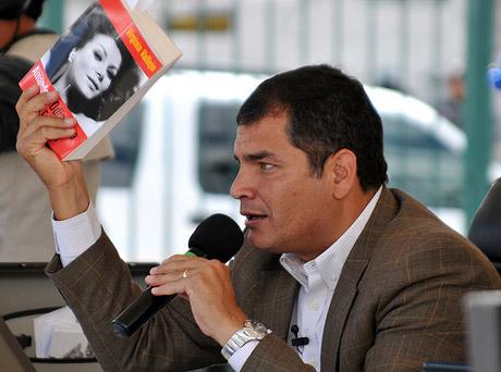 Rafael Correa, presidente de Ecuador, enseña el libro de Virginia Vallejo a la prensa en 2008 y 2009.